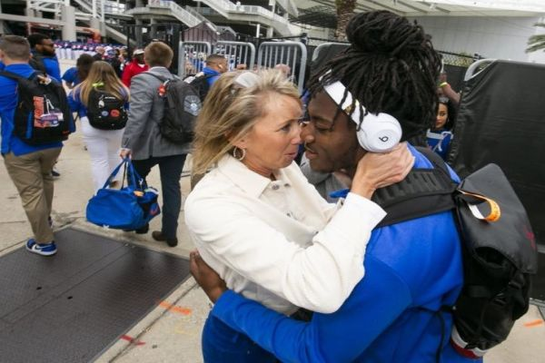 Dan Mullen's Wife Kissing Players Gets Surprising Reaction